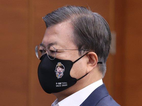 문재인 대통령은 17일 국무회의에서 권익위가 다음달 열리는 제19차 반부패회의를 위해 제작한 마스크를 착용했다. 마스크에는 '청렴'이란 단어가 적혀 있다. 연합뉴스