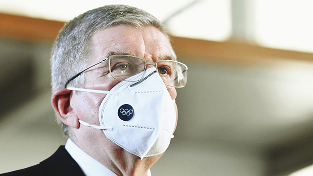 의료용 마스크를 착용한 토마스 바흐 IOC 위원장이 16일 도쿄 총리관저에서 스가 총리와 회담한 뒤 기자들의 질문에 답하고 있다. [사진 출처 : 연합뉴스]