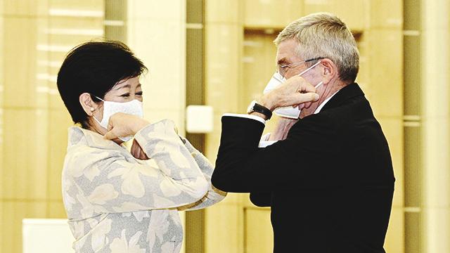 토마스 바흐 IOC 위원장이 16일 도쿄도청을 방문해 고이케 유리코 도쿄도 지사와 팔꿈치 터치로 인사를 나누고 있다. [사진 출처 : 연합뉴스]