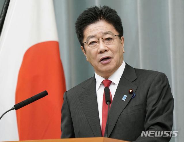 [도쿄=AP/뉴시스]지난달 26일 가토 가쓰노부 일본 관방장관이 총리 관저에서 기자회견을 가지고 있다. 2020.10.28.
