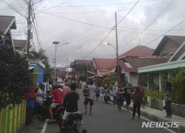 【테르나테(인도네시아)=AP/뉴시스】14일(현지시간) 인도네시아 몰루카제도의 할마헤라섬에서 규모 7.3의 지진이 발생해 일부 주택이 파괴됐다. 진동을 감지된 인근 테르나테섬 주민들이 길거리에 나와 대피하고 있다. 2019.07.15