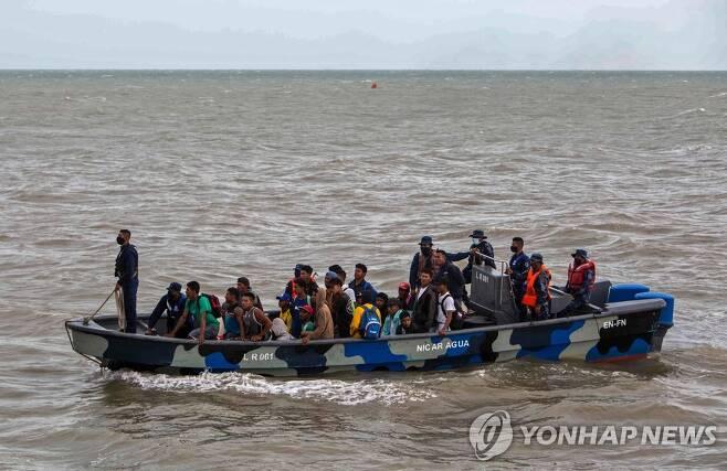 허리케인 상륙에 앞서 보트를 타고 피신하는 니카라과 주민들 [AFP=연합뉴스]