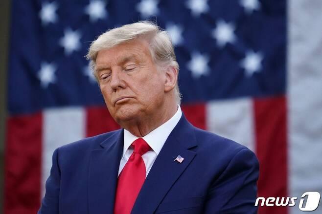 도널드 트럼프 미국 대통령이 13일(현지시간) 워싱턴 백악관 로즈가든에서 대선 패배가 확정된 이후 일주일 여만에 코로나19 백신개발팀인 '초고속 작전팀'의 성과를 설명하는 기자회견을 하고 있다. © AFP=뉴스1 © News1 우동명 기자