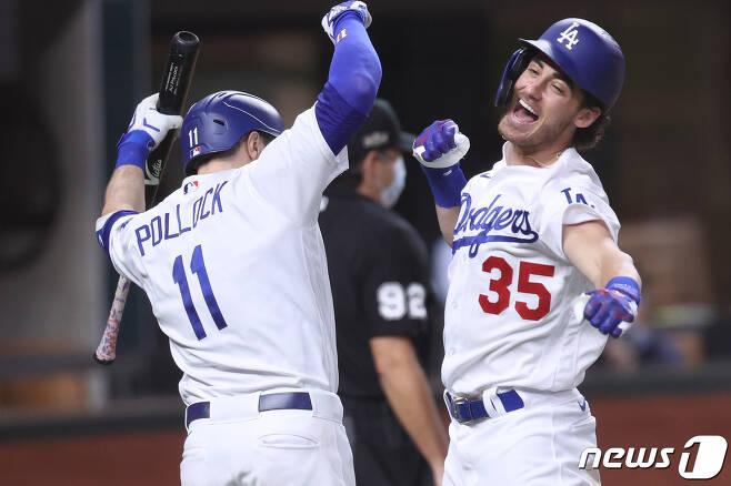LA 다저스 코디 벨린저(오른)가 어깨수술을 받았다. © AFP=뉴스1