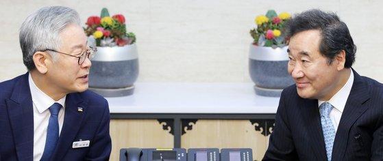 여권 차기 대선주자 양강 구도를 형성하고 있는 이재명 경기지사(왼쪽)와 이낙연 더불어민주당 대표(오른쪽). 사진은 지난 7월 30일 경기도청에서 두 사람이 마주 앉은 모습. 중앙포토