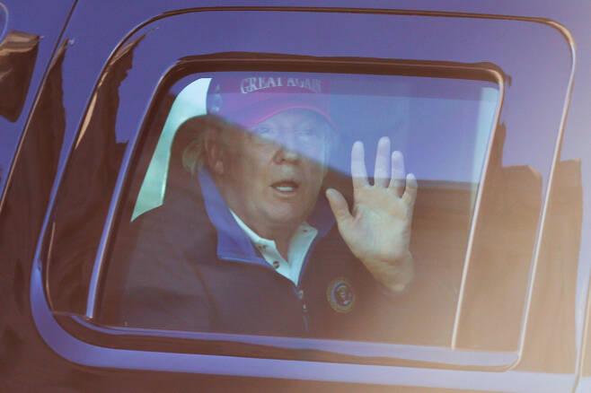 도널드 트럼프 대통령이 지난 14일(현지시간) 지지자들이 대규모 시위를 벌이고 있는 워싱턴D.C. 프리덤 광장을 차량을 타고 지나가며 손을 흔들고 있다. [로이터]