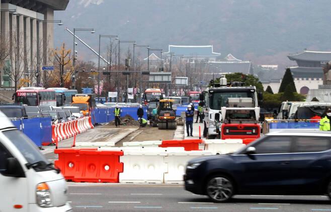 17일 오전 서울시 종로구 광화문광장에서 '사람이 쉬고 걷기 편한 광장'으로 조성하는 공사가 진행되고 있다. [연합]