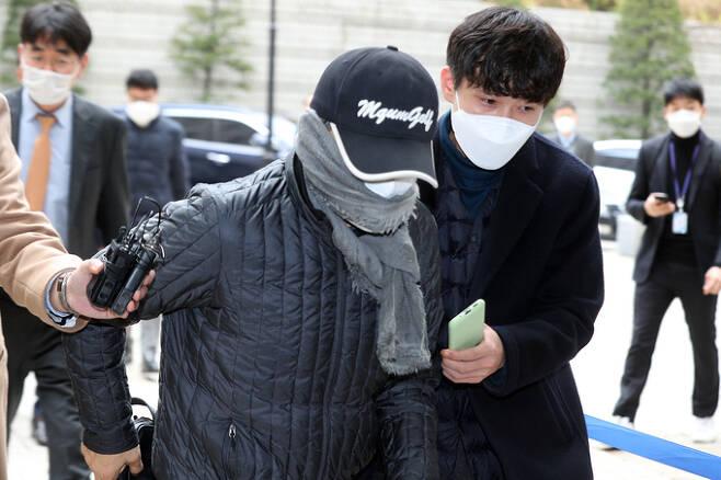 옵티머스자산운용의 핵심 로비스트로 지목된 신모 전 연예기획사 회장이 17일 서울중앙지방법원에서 열린 구속 전 피의자 심문에 출석하고 있다.뉴스1