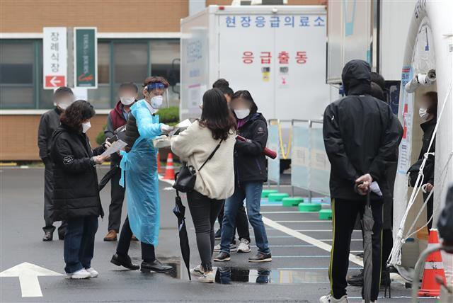 선별진료소 대기줄 - 국내 신종 코로나바이러스 감염증(코로나19) 신규 확진자 수가 300명대로 급증한 18일 서울 중구 국립중앙의료원 선별진료소에서 시민들이 대기하고 있다. 신규 확진자 수가 300명대를 기록한 건 지난 8월21일(324명) 이후 처음이다. 2020.11.18 뉴스1