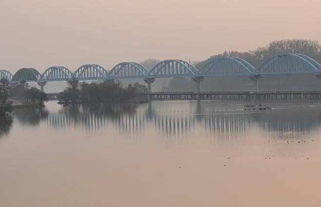 충주 남한강에 건설된 중부내륙선 교량 [촬영 박재천]
