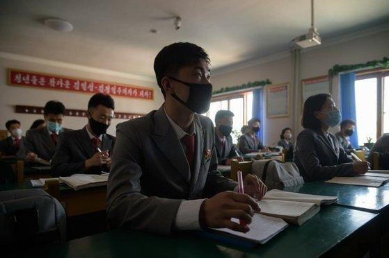 평양의대생들이 마스크를 쓰고 수업을 하고 있다. AFP 연합