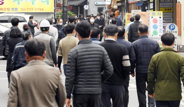 직장인들이 18일 서울 중구 을지로 먹자골목으로 점심식사를 위해 이동하고 있다. 정부는 19일부터 사회적 거리두기를 1.5단계로 상향 조정키로 했는데 1.5단계에서 식당이나 카페의 이용 인원은 시설면적 4㎡당 1명으로 제한된다. 권현구 기자