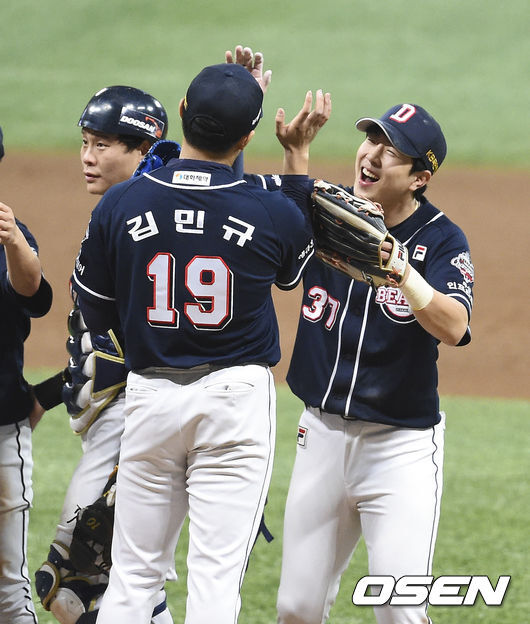 [OSEN=박준형 기자]경기 종료 후 두산 선수들이 승리의 기쁨을 나누고 있다. / soul1014@osen.co.kr
