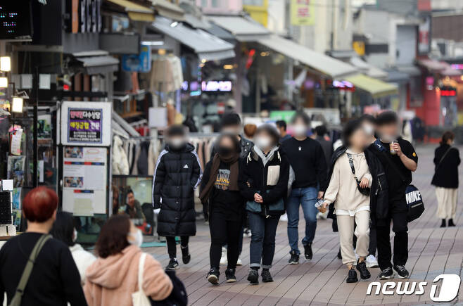 15일 오후 서울 마포구 홍대거리를 찾은 시민들이 길을 거닐고 있다. 2020.11.15/뉴스1 © News1 이재명 기자