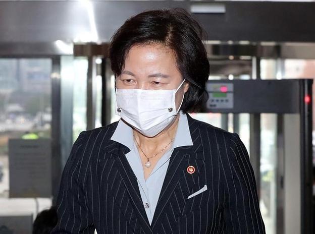 추미애 법무부장관이 지난 19일 오후 본회의에 참석하기 위해 서울 여의도 국회로 들어오고 있다. /뉴시스