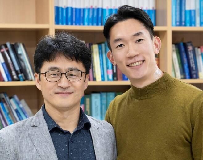 정운룡 포스텍 신소재공학과 교수(왼쪽)와 유인상 박사후연구원(오른쪽), 제난 바오 미국 스탠퍼드대 교수 공동연구팀은 온도와 힘을 동시에 측정할 수 있는 다기능성 이온 전자피부를 세계 처음으로 개발했다. 포스텍 제공