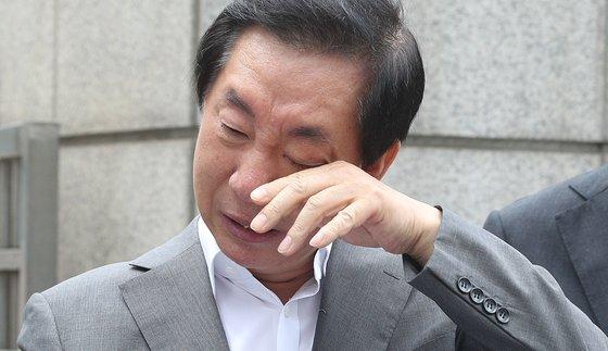 딸의 채용 청탁 의혹으로 재판에 넘겨진 김성태 전 국민의힘 의원이 지난해 7월 서울남부지방검찰청 앞에서 1인 시위를 하며 눈물을 흘리고 있다. [뉴스1]
