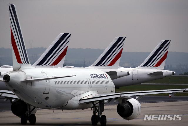 [파리=AP/뉴시스]2019년 5월17일 에어프랑스 항공기들이 파리 샤를 드골 공항에 세워져 있다. 프랑스는 24일(현지시간) 신종 코로나바이러스 감염증(코로나19) 위기로부터 국적 항공사 에어프랑스를 구하기 위해 70억 유로(약 9조3146억원)를 지원할 것이라고 발표했다. 네덜란드도 KLM에 최소 20억 유로(약 2조6613억원), 최대 40억 유로를 지원할 것이라고 발표했다. 2020.4.25
