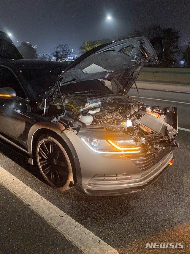 [수원=뉴시스] 지난 1일 오후 10시 5분께 경부고속도로 신갈분기점 인근을 주행 중이던 A(22)씨의 차량에 타이어가 날아와 충격하는 사고가 발생했다. 사진은 사고 직후 파손된 A씨 차량의 모습 2020.11.20. (사진=독자 제공)