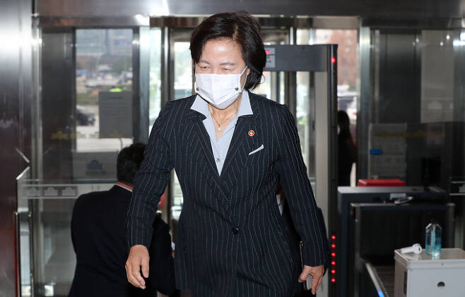추미애 법무부 장관이 19일 오후 서울 여의도 국회에서 열린 본회의에 참석하기 위해 본청으로 들어서고 있는 모습. 뉴스1