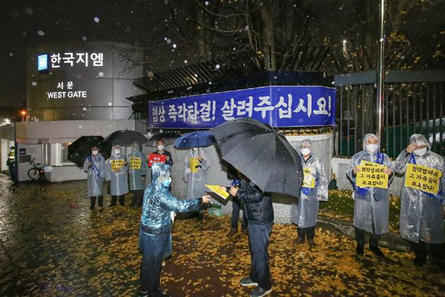 한국GM 협력업체 임직원이 19일 아침 한국GM 부평공장 앞에서 피켓시위를 하고 있다./사진제공=한국지엠협신회