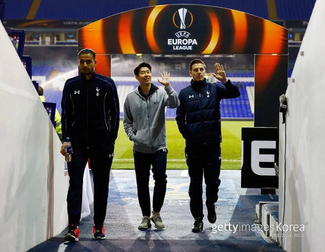 토트넘 손흥민(가운데)이 2016년 2월 유로파리그 경기를 앞두고 케빈 비머(오른쪽), 나세르 샤들리와 함께 경기장을 걸어나오고 있다. Getty Images코리아