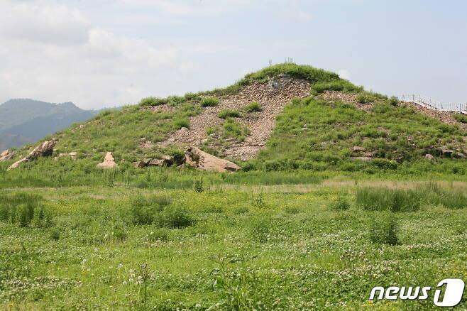 중국 지린성 지안(集安)에 있는 태왕릉 전경. 일반적으로 광개토왕의 무덤으로 알려져 있지만 한국학계에서는 광개토왕의 아버지인 고국양왕의 무덤으로 추정하고 있다. (미디어한국학 제공) 2020.11.21.© 뉴스1