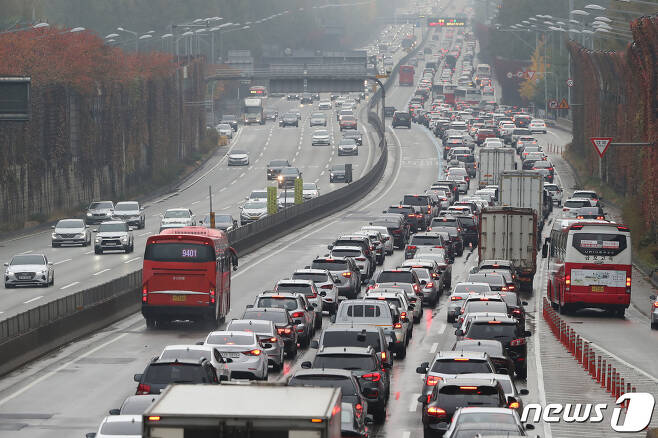 막바지 단풍 인파로 붐빈 1일 오후 서울 서초구 잠원IC 인근 경부고속도로가 차량들로 정체현상을 보이고 있다. 한국도로공사에 따르면 이날 전국 고속도로 이용 차량이 418만대 정도일 것으로 분석된다. 서울로 향하는 상행선의 정체는 오전 11~12시쯤 시작돼 오후 5시~6시쯤 절정에 달했다가 오후 10시~11시에 해소될 것으로 내다봤다. 2020.11.1/뉴스1 © News1 임세영 기자