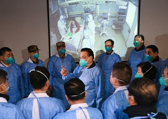 리커창 총리(가운데)가 올 1월 코로나가 한창이던 우한을 찾아 의료진들을 격려하고 있다. [중앙인민정부 홈페이지]