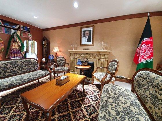 서울 용산 한남동의 아프가니스탄 대사관 응접실. 아프간 특유의 화려한 패턴은 현지 여성들이 한땀 한땀 직조한 작품이다. 전수진 기자