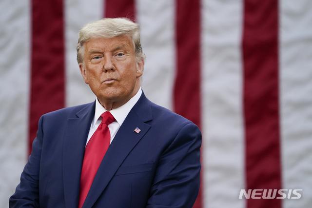 [워싱턴=AP/뉴시스]13일(현지시간) 백악관 로즈가든에서 열린 백악관 백신개발팀 '초고속 작전팀' 성과 설명 기자회견에 도널드 트럼프 미국 대통령이 참석한 모습. 2020.11.14.