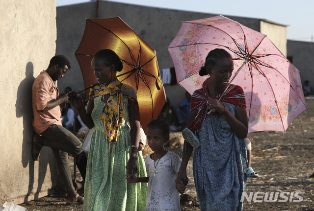 [카다리프=AP/뉴시스]에티오피아 난민들이 16일(현지시간) 수단 동부 카다리프 지역에 모여 있다. 유엔난민기구는 티그라이 사태가 2주 가까이 이어지면서 2만5천여 명의 에티오피아인이 이웃 수단으로 대피했다고 밝혔다. 2020.11.17.