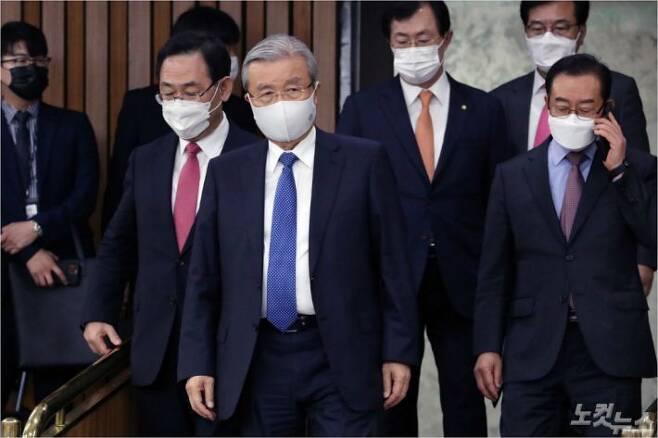 김종인 국민의힘 비상대책위원장이 회의장을 나오고 있다. (사진=윤창원 기자/자료사진)