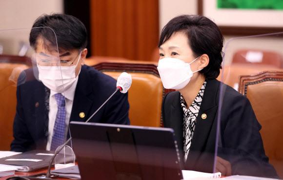 김현미 국토교통부 장관(오른쪽)이 19일 서울 여의도 국회에서 열린 국토교통위원회 전체회의에 출석, 윤성원 1차관과 대화를 하고있다. 뉴시스