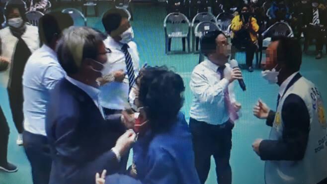 송영현 고흥군의장이 국제라이온스 고흥대회 여흥시간에 노래를 열창하고 있다. ⓒ유튜브 동영상 캡쳐