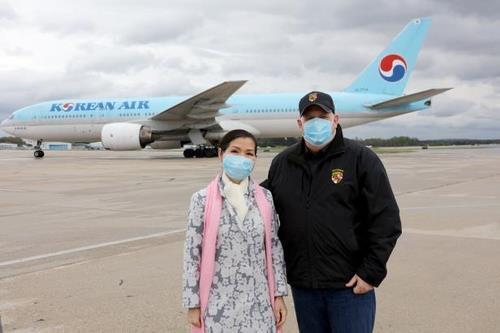 한국산 진단키트 맞으러 공항 나간 래리 호건 미 메릴랜드 주지사와 유미 호건 여사 (워싱턴=연합뉴스) 지난 18일 한국에서 구매한 신종 코로나바이러스 감염증 진단키트 물량의 도착을 맞으러 볼티모어-워싱턴 국제공항에 나간 래리 호건 미 메릴랜드 주지사와 유미 호건 여사(왼쪽). 2020.4.20. [래리 호건 미 메릴랜드 주지사 트위터 캡처. 재판매 및 DB 금지