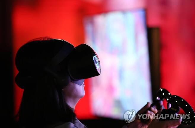 2019년 '서울 가상·증강현실 박람회(Seoul VR·AR Expo 2019)'에서 한 관람객이 VR 게임을 체험하는 모습 [연합뉴스 자료사진]