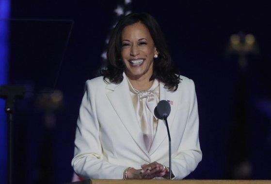 정치권 중요 행사에서 여성 정치인이 입는 흰색 옷은 '서프러저트 화이트'로 불리는데, 20세기 초 여성 참정권 운동가가 흰색 옷을 입은 데서 유래했다고 한다. [로이터=연합뉴스]