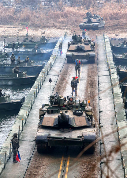 경기도 연천군 한탄강에서 열린 한미연합 도하작전 훈련에서 미2사단 M1A2 전차가 부교를 건너고 있다. K1 계열 전차는 미 M1 전차의 기술을 바탕으로 했다. 연합뉴스