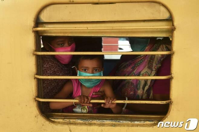 12일 (현지시간) 코로나19 팬데믹 상황 속 전국 봉쇄령이 완화된 인도의 콜카타역에 환자와 친지들이 벨로르에서 치료를 받고 도착을 하고 있다. © AFP=뉴스1 © News1 우동명 기자