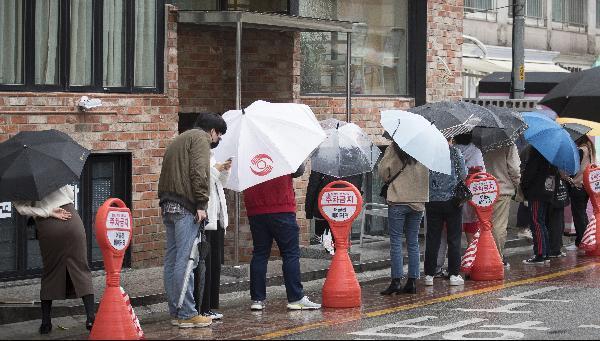제과점에서 입장줄을 서고 있는 시민들./사진=조선일보 DB
