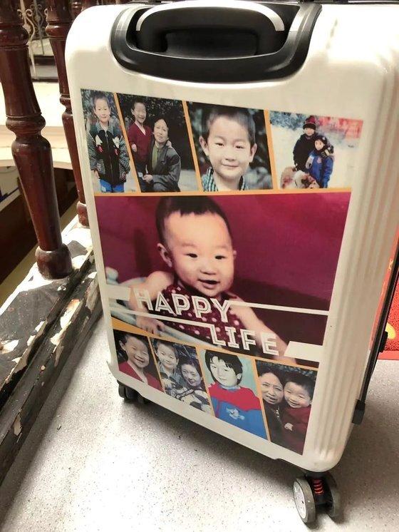 허수쥔은 자신의 가방에 잃어버리기 전의 아들 사진과 쌍가마를 가진 인상착의 등을 소개하는 글을 붙였다. [중국 신경보망 캡처]