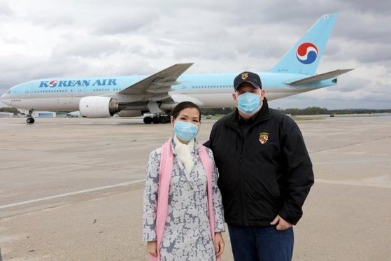 지난 4월 18일(현지시간) 한국에서 구매한 신종 코로나바이러스 감염증 진단키트 물량이 도착하자 볼티모어-워싱턴 국제공항에 나간 래리 호건 미 메릴랜드 주지(왼쪽)사와 유미 호건 여사. [연합뉴스]