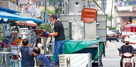 서울 황학동 주방가구거리에서 상인들이 폐업 식당에서 사들인 집기들을 트럭에서 내리고 있다.  한경DB