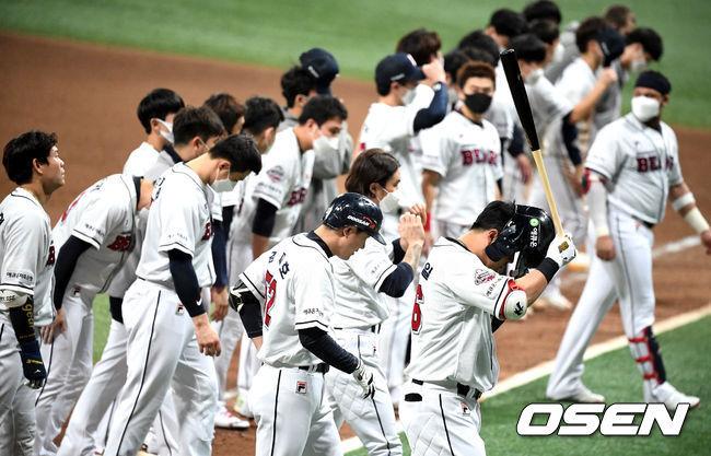 [OSEN=고척, 지형준 기자]경기를 마치고 두산 선수들이 패배를 아쉬워하고 있다. /jpnews@osen.co.kr