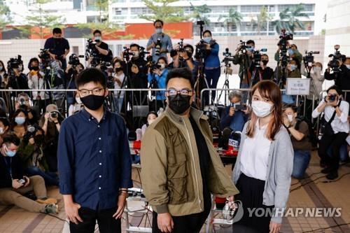 홍콩 민주화 활동가 조슈아 웡(왼쪽부터)·이반 램·아그네스 차우가 23일 법정에 출두한 모습. [로이터=연합뉴스]