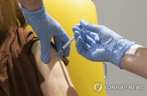 옥스퍼드대-아스트라제네카가 개발 중인 코로나19 백신 투약 모습 [AP=연합뉴스]