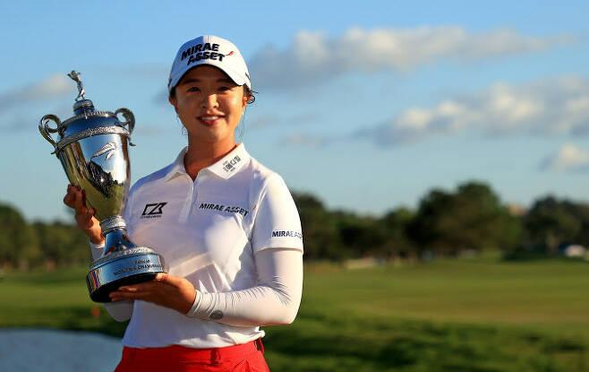 김세영이 23일(한국시간) 미국 플로리다주 벨에어의 펠리컨 골프클럽에서 열린 LPGA 투어 펠리컨 챔피언십에서 시즌 2승째를 올린 뒤 트로피를 들고 환하게 웃고 있다. (사진=AFPBBNews)