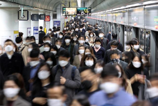 13일 서울 지하철 5호선 광화문역에서 마스크를 쓴 출근길 직장인들이 발길을 재촉하고 있다. 연합뉴스
