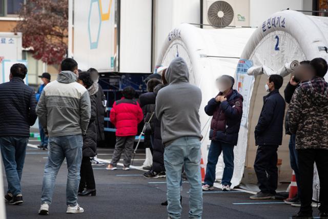 24일 서울 중구 국립중앙의료원 신종 코로나바이러스 감염증(코로나19) 선별진료소를 찾은 시민들이 검사를 기다리고 있다. 뉴스1